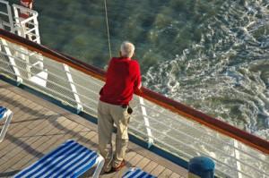 Mann an Bord eines Kreuzfahrtschiffes