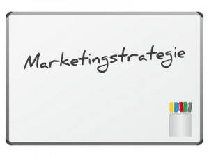 Tafel mit dem Wort: Marketingstrategie