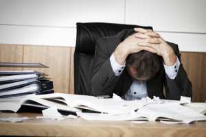 gestresster Mann im Büro
