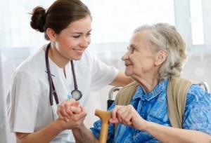 Ältere Frau mit Pflegerin