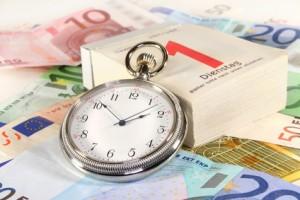 Kalender mit Uhr und Geldscheine