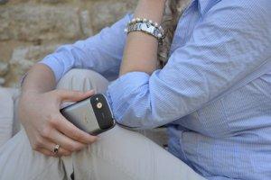 Frau mit einem Smartphone in der Hand