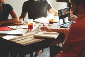 Meeting an einem Schreibtisch