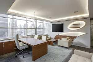 Modernes Büro mit Schreibtisch und Sesseln
