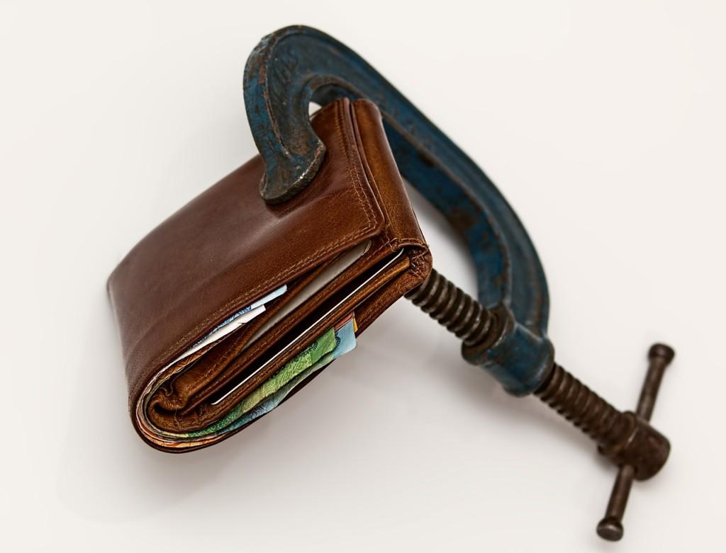 Geldbörse in einer Schraubzwinge