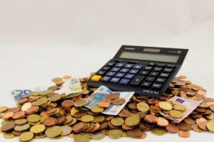Taschenrechner auf Geldstücken und Geldscheinen