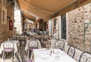 Außenplätze eines Restaurantes in Kroatien