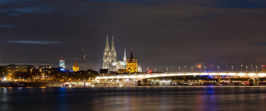 beleuchteter Kölner Dom in der Nacht
