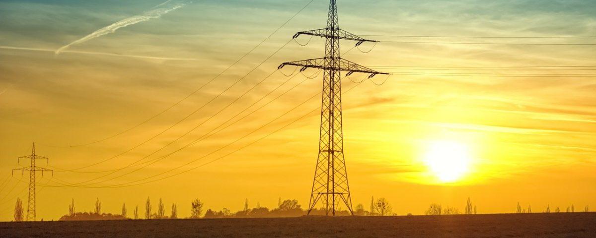 Strommasten Überland im Sonnenuntergang