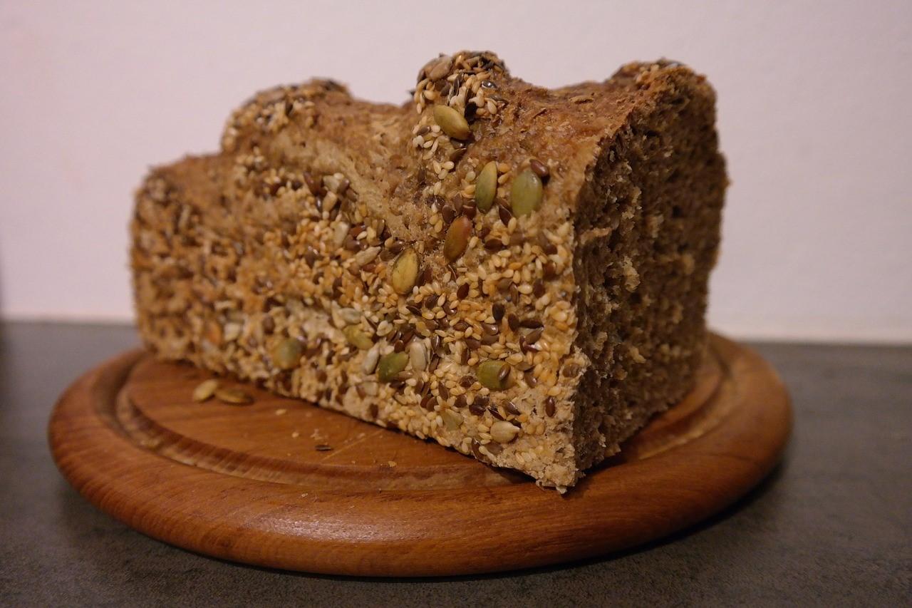Brot mit Körnern, Sesam und Sonnenblumenkernen