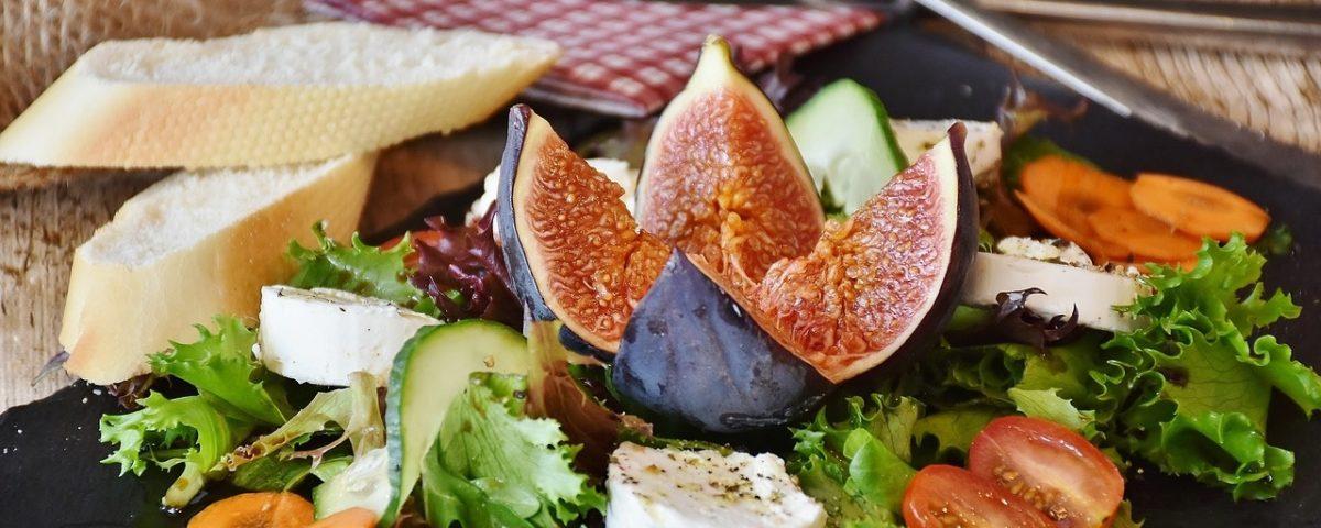 sommerlicher Salat mit Brot