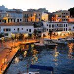 Strand von Menorca mit Blick auf Hotelanlagen