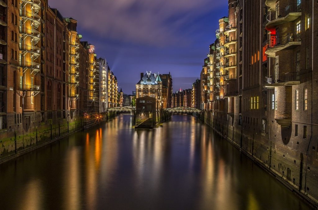 Blick auf die Hamburger Speicherstadt bei Nacht