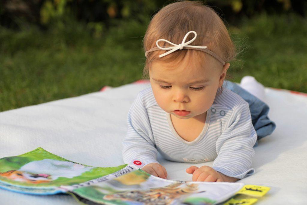 kleines Kind schaut sich Bilder an