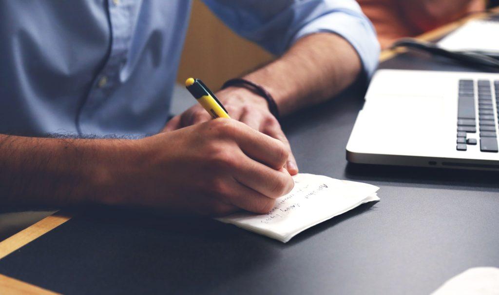 Mann beim Schreiben.
