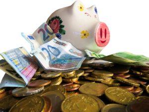Kleingeld, Euroscheine und Sparschwein