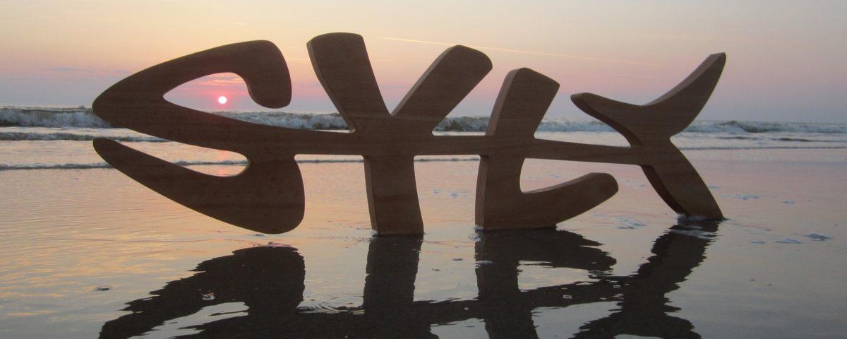 Sylt Schriftzug am Strand beim Sonnenuntergang