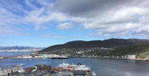 Hammerfest Hafen mit einem Hurtigruten-Schiff