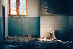 altes, renovierungsbeduerftiges Badezimmer