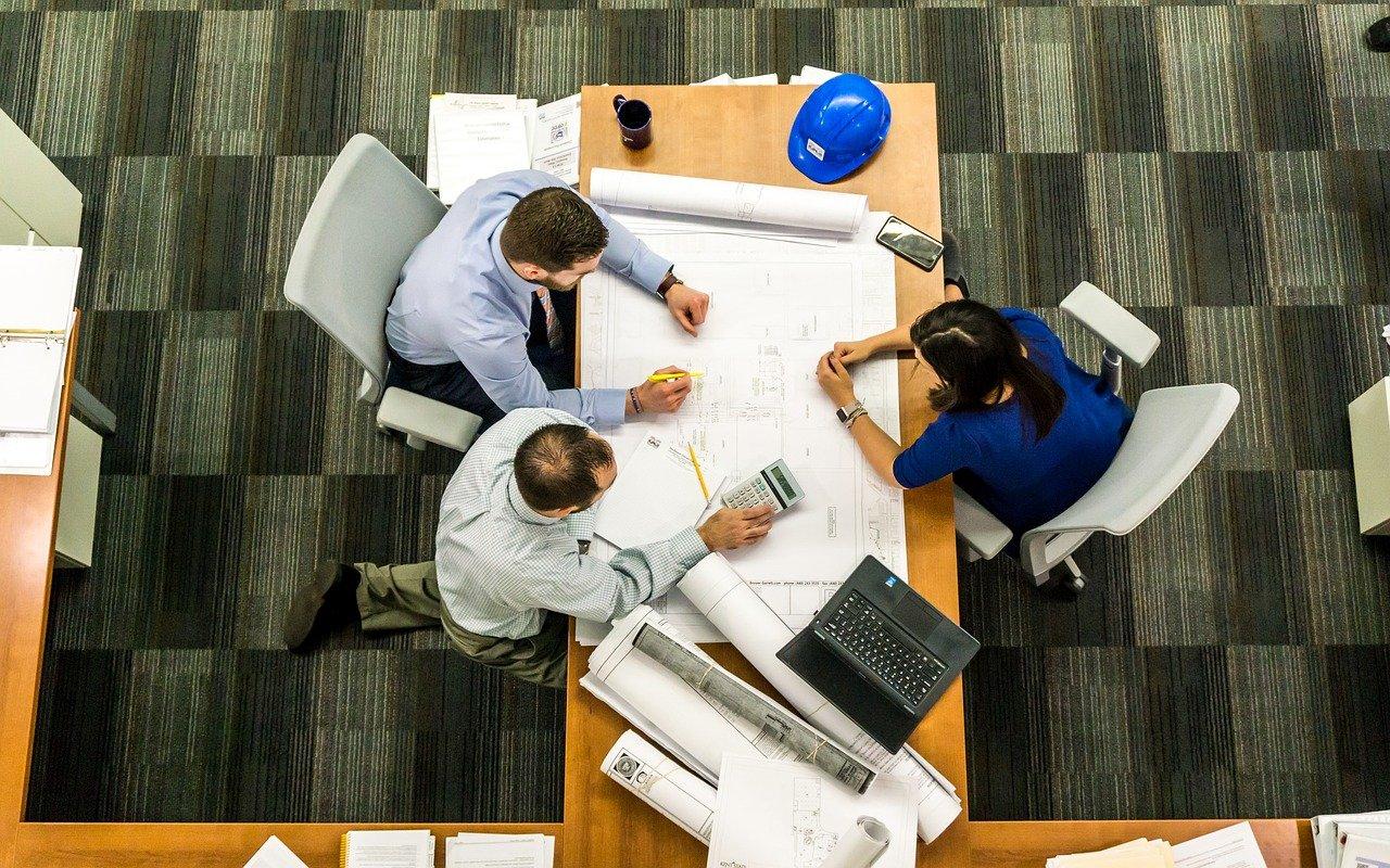 Architekt in Planung mit Eigenheiminteressenten